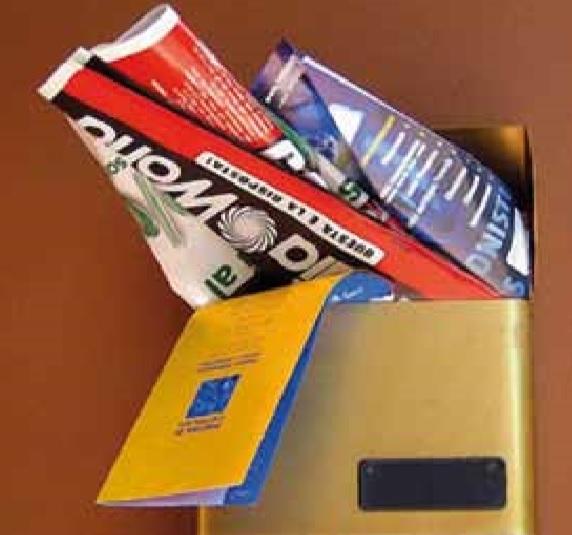 cassetta delle lettere con volantini